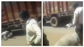 印度男子酒醉後木棍挑釁大車最後被輾斃。 (圖/翻攝自Youtube)