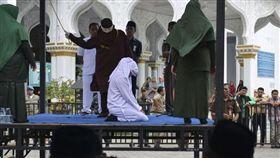 印尼女子遭鞭刑(圖/翻攝自推特)