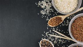 糙米,全穀類(圖/freepik)https://www.freepik.com/free-photo/spoons-bowls-with-assorted-rice_2856752.htm