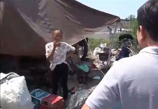 Tai和母親住在髒亂的地方。翻攝自《NewsBeezer》