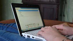 筆記型電腦,打電腦,用電腦,工作(示意圖/翻攝自PIXABAY)