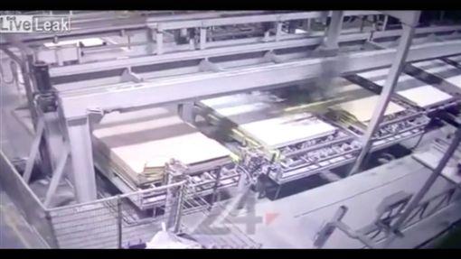 木板工人按一個鈕,瞬間變人肉紙板慘死。翻攝畫面