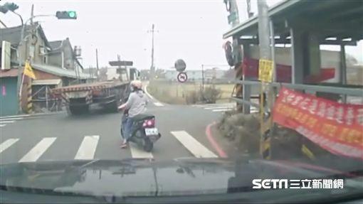 台中曳引拖板車酒駕撞警