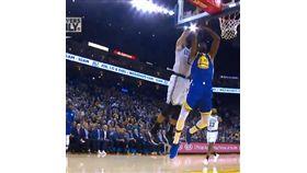 NBA/超大鍋!KD籃下遭雙手硬摘  NBA,金州勇士,Kevin Durant,波士頓塞爾提克,Jayson Tatum,火鍋  翻攝自推特