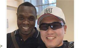 ▲Radhames Liz(李茲)與前隊友尹耀涉在台灣吃飯合影。(圖/截自韓國媒體)