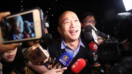 工商協進會邀韓國瑜北上演講工商協進會6日在台北召開第25屆第4次理監事聯席會議,會中邀請高雄市長韓國瑜(中)以「南方崛起高雄首富」為題發表演講,韓國瑜離場時受到大批媒體包圍訪問。中央社記者張新偉攝 108年3月6日