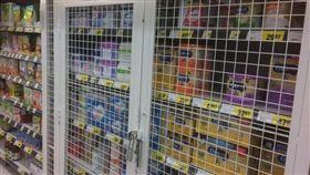 賣場被中國大媽搶怕了 奶粉櫃直接鐵籠+上鎖。(圖/取自網路)