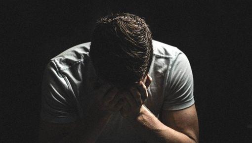 男,憂鬱,痛苦,哭泣(圖/pixabay)