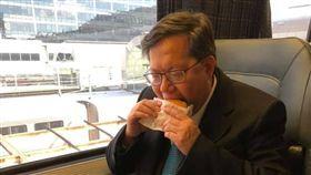 鄭文燦吃漢堡