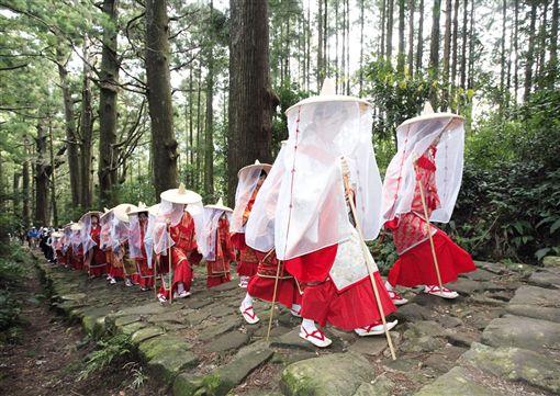 ▲平安時代的紅衣在熊野古道整片的綠意中特別顯眼(圖/日本觀光局)