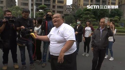髮蠟哥攜帶陳情書及香蕉到高雄市政府欲見韓國瑜遭拒,氣憤丟兩根蕉,新聞台