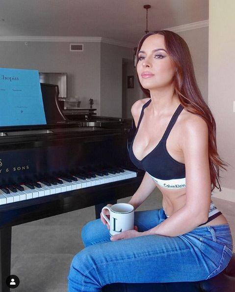 古典樂正妹愛穿低胸超短洋裝,爆乳彈鋼琴網噴鼻血。(圖/翻攝IG)