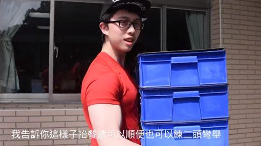 孫安佐上課影片曝光!一人扛全班便當 比腕力卻被慘電(圖/翻攝自YouTube)  ID-1813415
