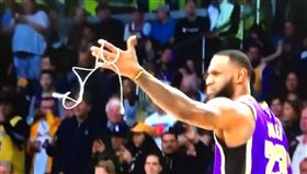 NBA/場上撿充電線…詹皇黑人問號 NBA,洛杉磯湖人,LeBron James,充電線,黑人問號 翻攝自推特