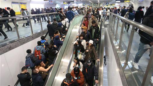 北捷跨年夜 估260萬人次搭乘台北捷運公司31日表示,今年跨年適逢4天連假期間,但天氣較濕冷,去年跨年夜搭乘人次約260萬,預估今年數字應與去年相差不大。中央社記者徐肇昌攝 107年12月31日