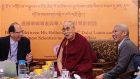 達賴喇嘛幽默與台灣科學家對談 與會者笑開懷達賴喇嘛(中)1日在「達賴喇嘛與華人量子科學家對談」中,對每位科學家介紹的研究,不時提出疑問或詼諧地以佛理佐證或辯證,讓與會者跟著笑開懷。中央社記者康世人達蘭薩拉攝 107年11月1日