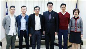 港泛民議員拜會陸委會副主委邱垂正香港立法會議員朱凱迪(右2)、陳志全(左2)、涂謹申(左3),以及香港眾志常委羅冠聰(左1),6日傍晚拜會陸委會副主委邱垂正(右3),商討在台港女命案。(陸委會提供)中央社 108年3月6日