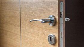 門鎖,鑰匙,木門,門把,鎖門(圖/翻攝自pixabay)