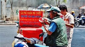 越南胡志明市一名父親Duyen,為了獨力扶養2名女兒,賣掉房子在路邊擺攤賣咖啡,努力拉拔女兒長大,如今她們在美國事業有成,但10年多來都不曾回國探望他。對此,Duyen在咖啡攤位上貼出公告,告知客人要停賣48天,因為他已經湊足旅費,準備要飛去美國看女兒,讓路過民眾看得十分心疼。(圖/翻攝自tinnhanh60)