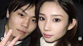 日本狠心同居男女,拿熱水燙女兒還用保鮮膜包住對方。(圖/翻攝自黒白ニュース)
