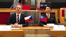 布拉格市長賀瑞普與駐捷克代表汪忠一布拉格市長賀瑞普(左)與駐捷克代表汪忠一,7日(當地時間)在布拉格市府一同為台灣建築家謝英俊建築展揭開序幕。中央社記者林育立布拉格攝 108年3月8日