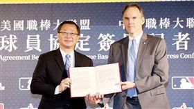 ▲中華職棒會長吳志揚與美國職棒代表Jim Small簽訂競標協議。(圖/中華職棒提供)