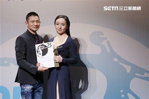 第25屆香港電影評論學會大獎昨晚(3/07)揭曉,由陳果執導的「超三級電影」《三夫》大獲全勝,一舉奪得最佳影片、最佳導演及最佳女演員三項大獎。劉德華頒獎給曾美慧孜。(圖/海鵬提供)
