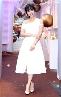 吳姍儒Sandy一襲俏麗白色小洋裝化身水玉光美人。(記者邱榮吉/攝影)