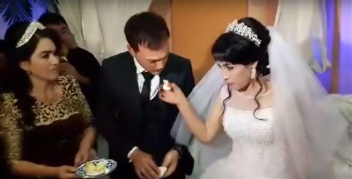 中亞,婚禮,新郎, 巴掌,新娘 (圖/翻攝自Youtube)
