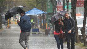 北台灣濕冷(1)中央氣象局預報,22日受大陸冷氣團及華南雲雨區東移影響,北部、東北部濕冷,其他地區有局部短暫雨。台北市區下午雨勢不小,路上行人抓緊雨傘,加快腳步避雨。中央社記者裴禛攝 107年2月22日