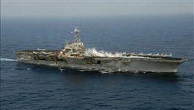 1996年中國試射飛彈引發第三次台海危機,美軍派出航空母艦巡弋台灣海峽。(圖/翻攝自美國在台協會FB)