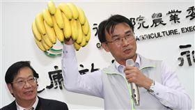 農產品前進東京食品展成果豐碩(1)農委會籌組台灣農產館參加2019東京國際食品展,展期前3天現場累計接單金額達新台幣7017萬元,台日兩國業者簽署的香蕉與水產品訂單約23億元。農委會主委陳吉仲(右)8日舉行記者會說明。中央社記者吳家昇攝 108年3月8日