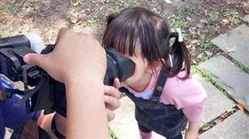 真的好聽話啊!一名爸爸日前拿單眼相機捕捉女兒的笑容時,對女兒大喊:「看鏡頭」,沒想到女兒聽到後,狂奔到鏡頭前,整個臉塞到鏡頭裡「看鏡頭」,讓夫妻倆當場傻眼,哭笑不得。(圖/翻攝自爆怨公社)