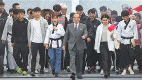 參選總統  王金平帶領各行業代表出場前立法院長、國民黨立委王金平(前中)7日在台北國際會議中心舉行記者會,帶領各行各業代表們出場,展現台灣的生命力,正式對外宣布參選2020總統。中央社記者謝佳璋攝  108年3月7日