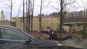 嫌開贓車拒捕!警趴引擎蓋連轟15槍(圖/翻攝自YouTube)