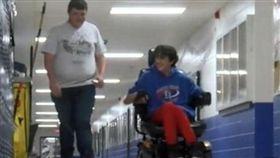 高中弟偷打工2年存錢,只為幫死黨買電動輪椅。(圖/翻攝Daily Mail)