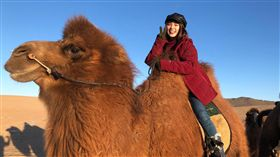 駱駝比她想像中高大速度又穩又快。(圖/翻攝自熊熊臉書)