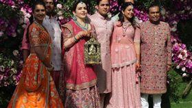 印石油大亨安巴尼(Mukesh Ambani)娶媳婦 送喜糖給當地警察 (圖/翻攝自twitter)