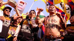 藏人赤裸上身綁上鐵鍊 抗議西藏不自由一名藏人赤裸上身寫著解放西藏,且身上綁上鐵鍊,10日與其他參加紀念西藏抗暴60週年遊行活動的人一起高呼口號,要求中國滾出去,讓西藏自由。中央社記者康世人新德里攝 108年3月10日