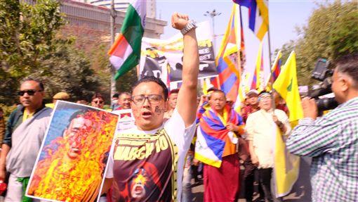藏人拿著自焚藏人肖像高呼口號要自由一名藏人10日在德里的紀念西藏抗暴60週年遊行隊伍前頭,高舉自焚抗議中國統治的藏人肖像,振臂高呼口號,要求中國滾出去,解放西藏,讓西藏自由。中央社記者康世人新德里攝 108年3月10日