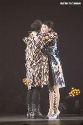 潘瑋柏Alpha創使者世界巡迴演唱會2019台北站,「姐姐」謝金燕火辣現身一同唱跳。(記者林士傑/攝影)