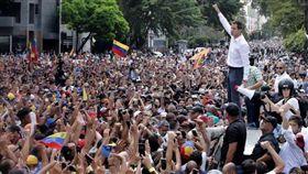 委內瑞拉大停電,民眾湧入首都加拉加斯(Caracas)支持反對派領袖、臨時總統胡安·瓜伊多(Juan Guaido)。
