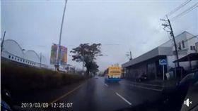 彰化縣1部客運公車一路狂飆,還任意變換車道,過程全被後方轎車的行車紀錄器拍下(翻攝臉書)