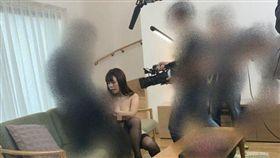 兩台男前往日本拍AV與暗黑女神實戰啪啪啪。(圖/翻攝自中指通臉書)