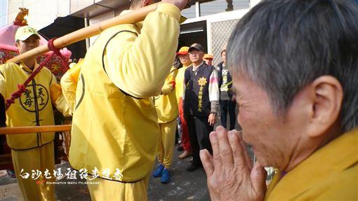 阿嬤跪牆角含淚祈求 媽祖聽見心聲突轉向(圖/翻攝自臉書)