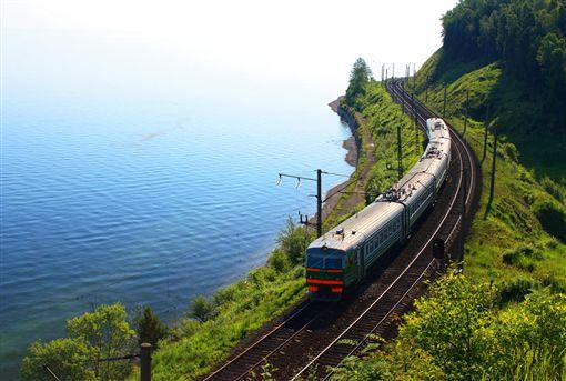 ▲貝加爾湖環湖列車是西伯利亞最美麗的風景線之一。(圖/dreamstime提供)