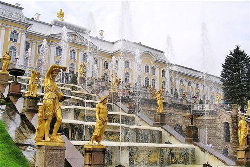 ▲彼得夏宮噴泉群與金色雕像群(圖/鳳凰旅遊提供)