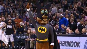NBA/蝙蝠擱來亂!公鹿大洛想被咬 NBA,蝙蝠,聖安東尼奧馬刺 翻攝自推特