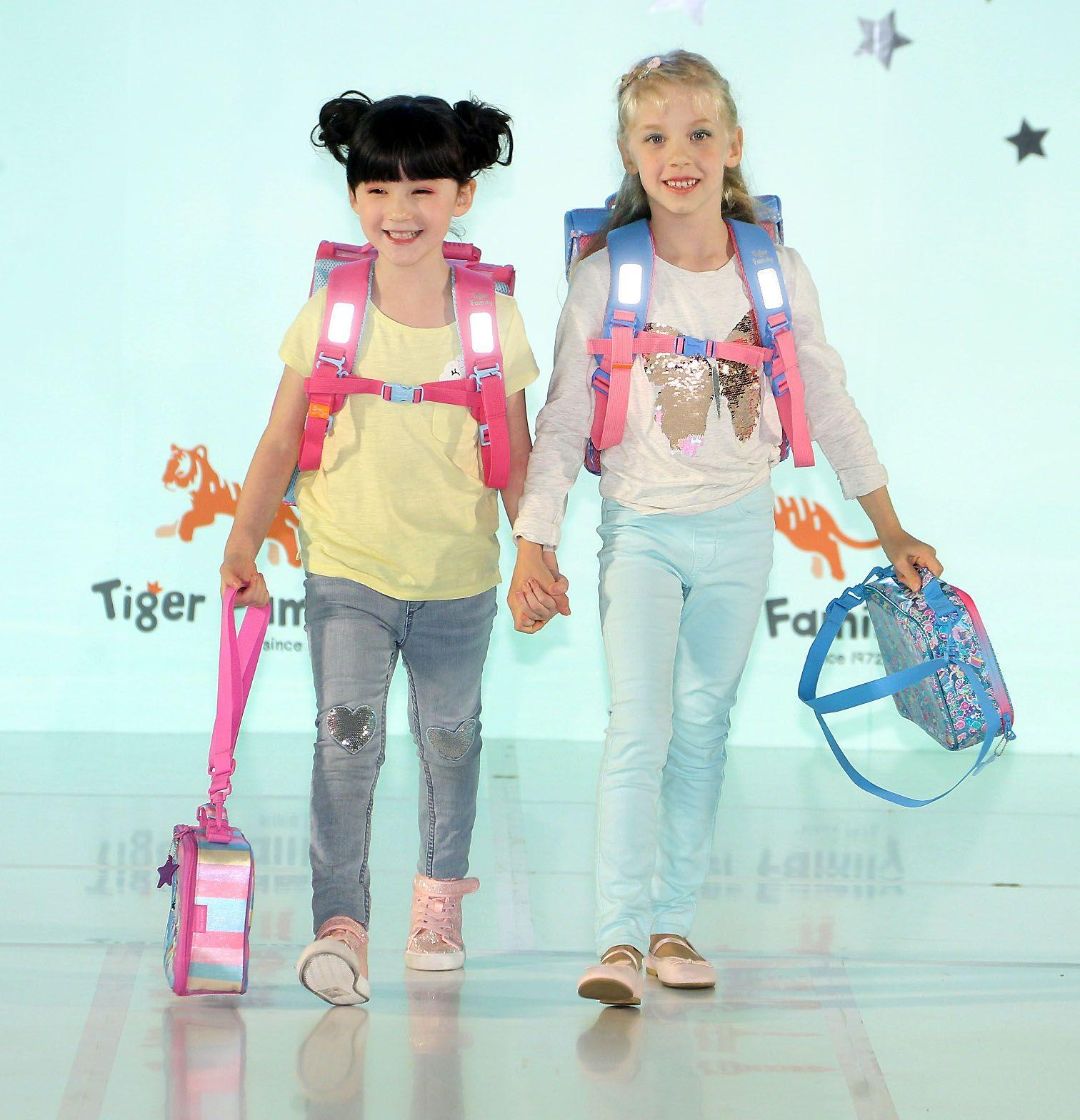 來是世界各國小朋友走書包秀架勢十足超萌的。(記者邱榮吉/攝影)