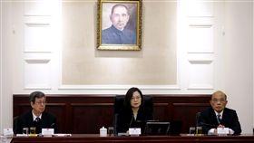 總統府為反制中國「一國兩制台灣方案」召開國安會議。蔡英文總統、副總統陳建仁、行政院長蘇貞昌等人與會。(圖/總統府提供)
